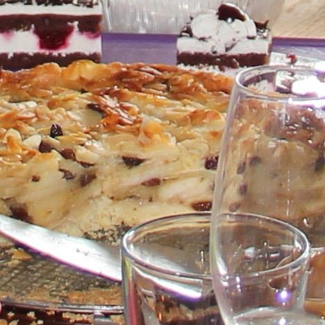 Apfelkuchen glutenfrei mit Mandeln angeschnitten