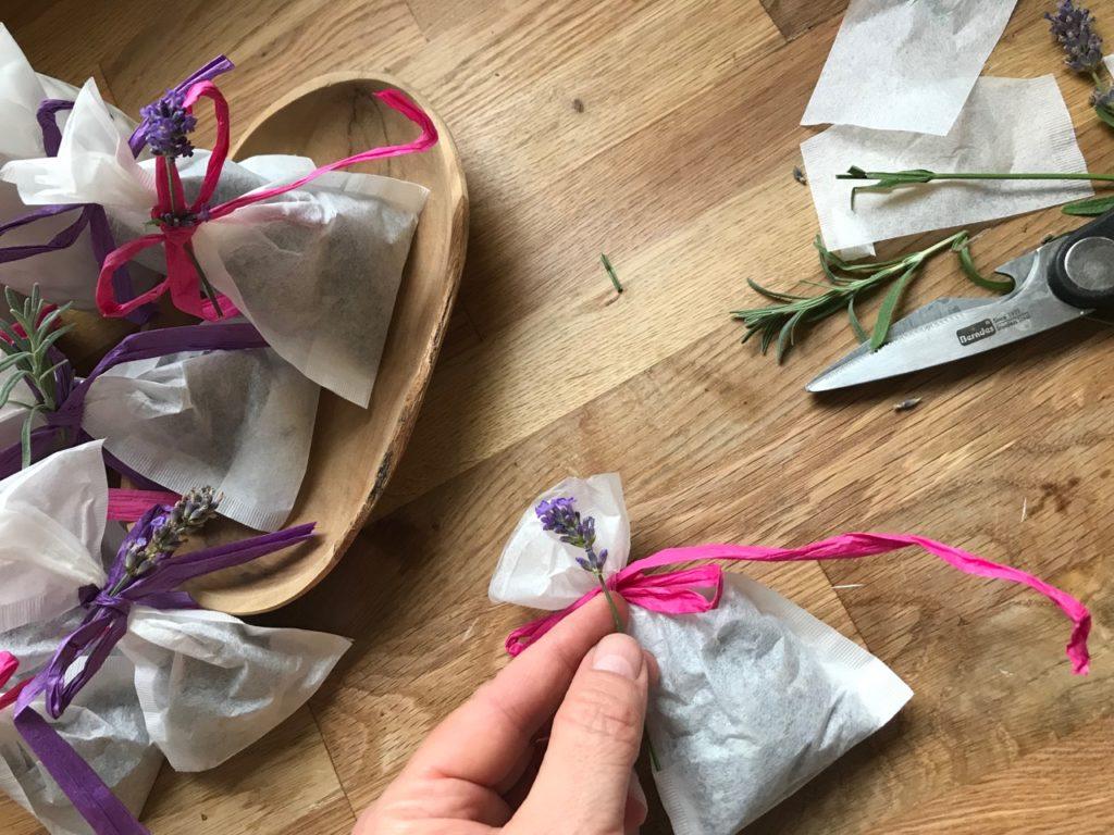 Lavendelsäckchen aus Teebeuteln werden verziert