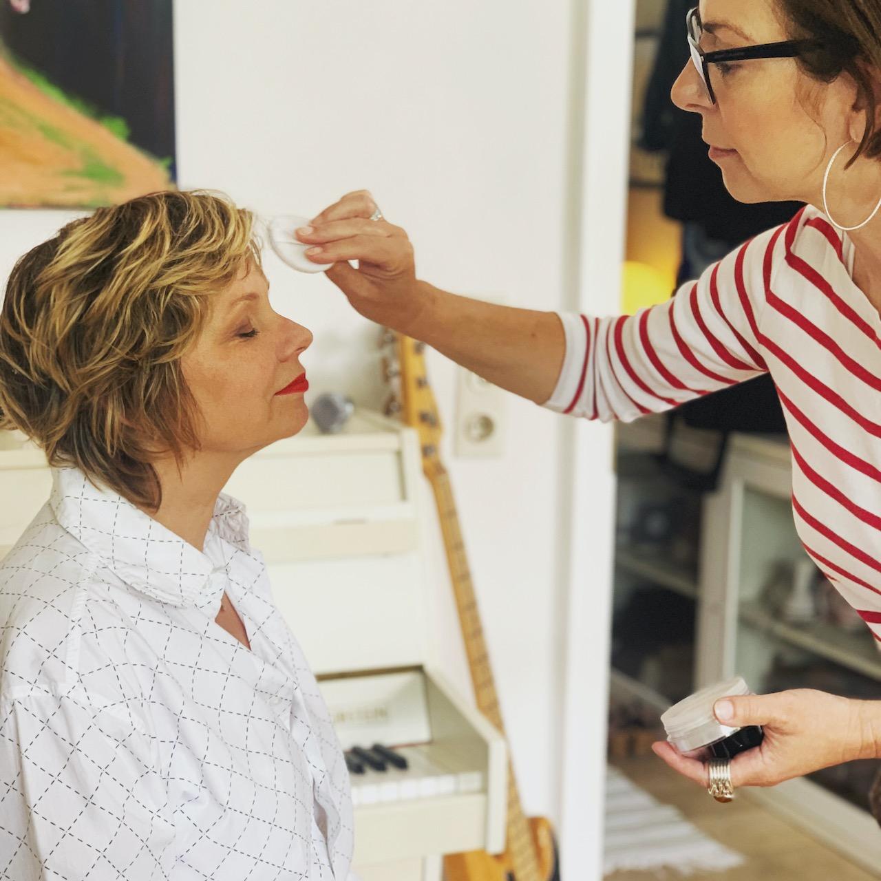 Martina pudert Dagmar die Nase Foto: Susanne Ackstaller