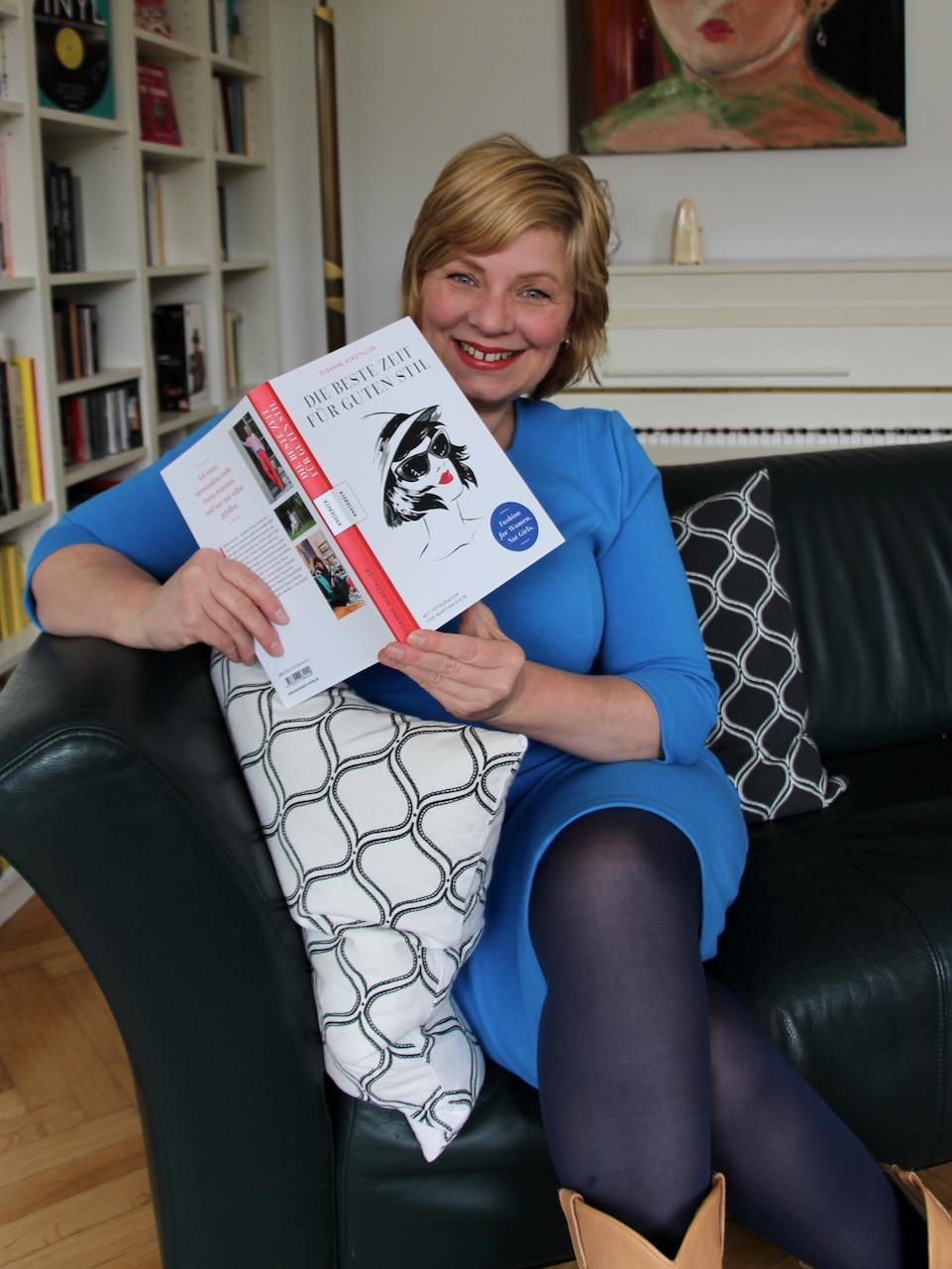 """Dagmar hat Susi Ackstaller Buch """" Die beste Zeit für guten Stil"""" in der Hand."""