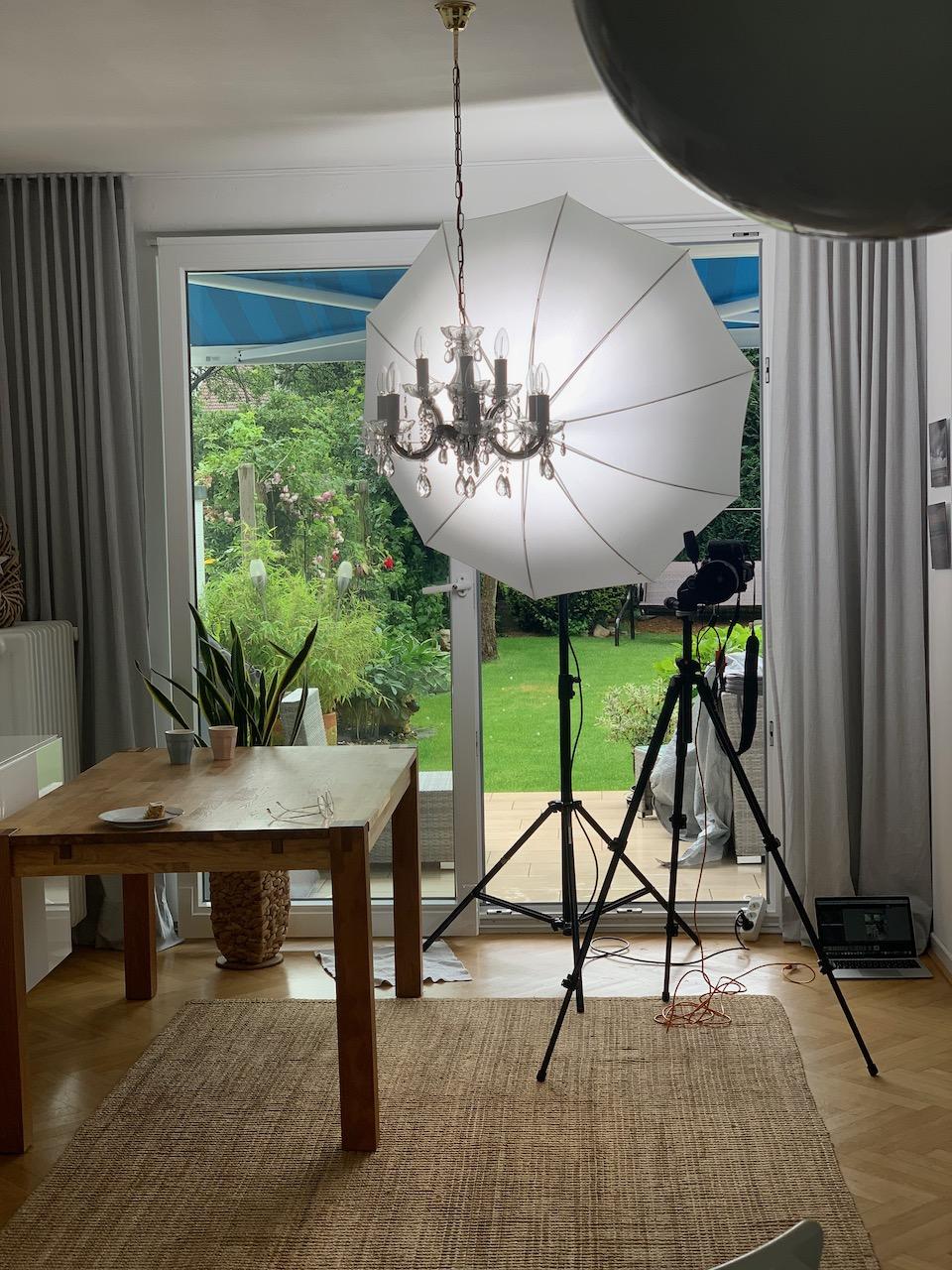 Blick in mein Wohnzimmer, das vollsteht mit Foto-Equipment: Foto: Susanne Ackstaller