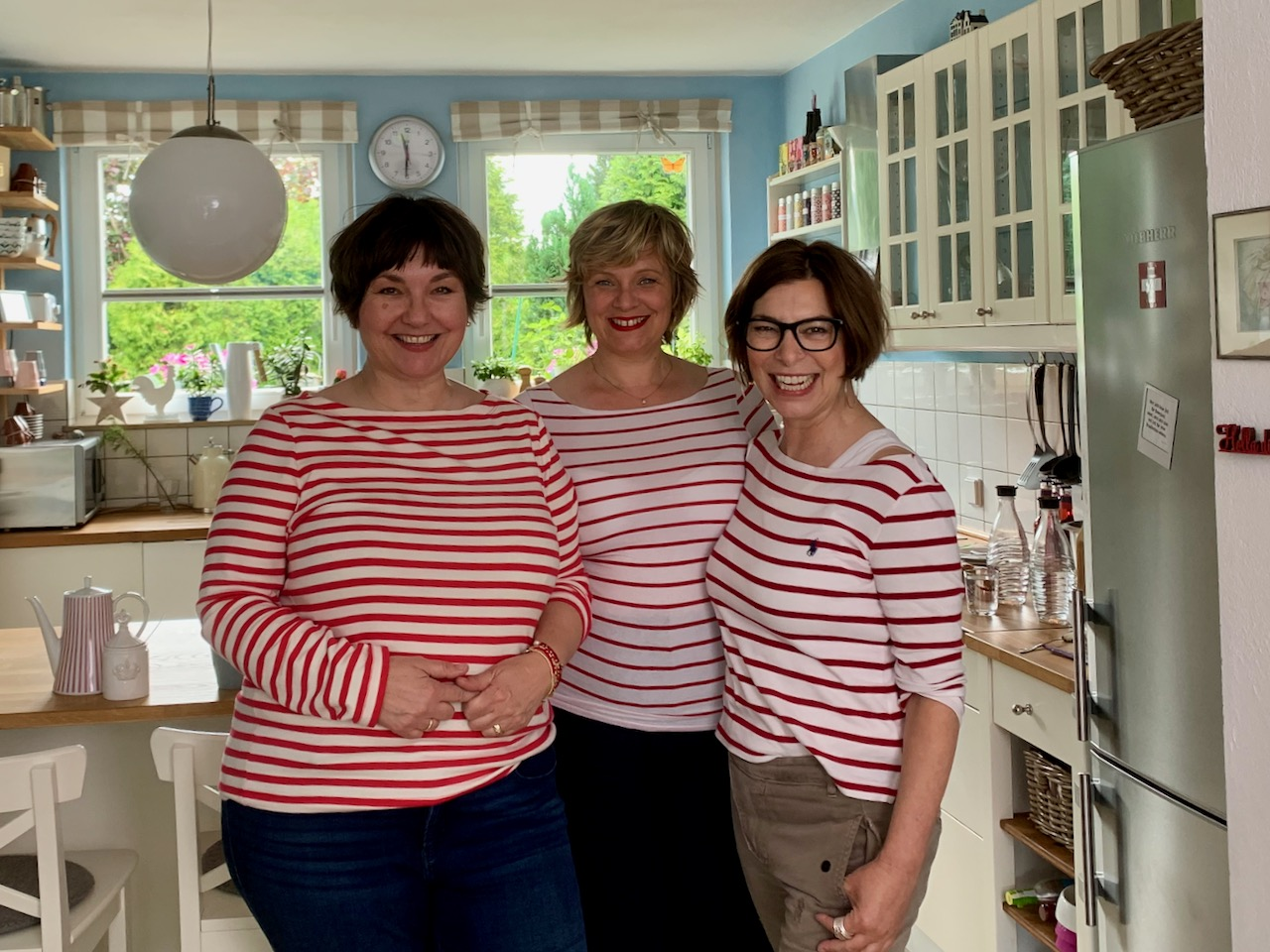 Susi, Dagmar, Martina targen rot-weiß-gestreifte Shirts. Foto: Kai Lange